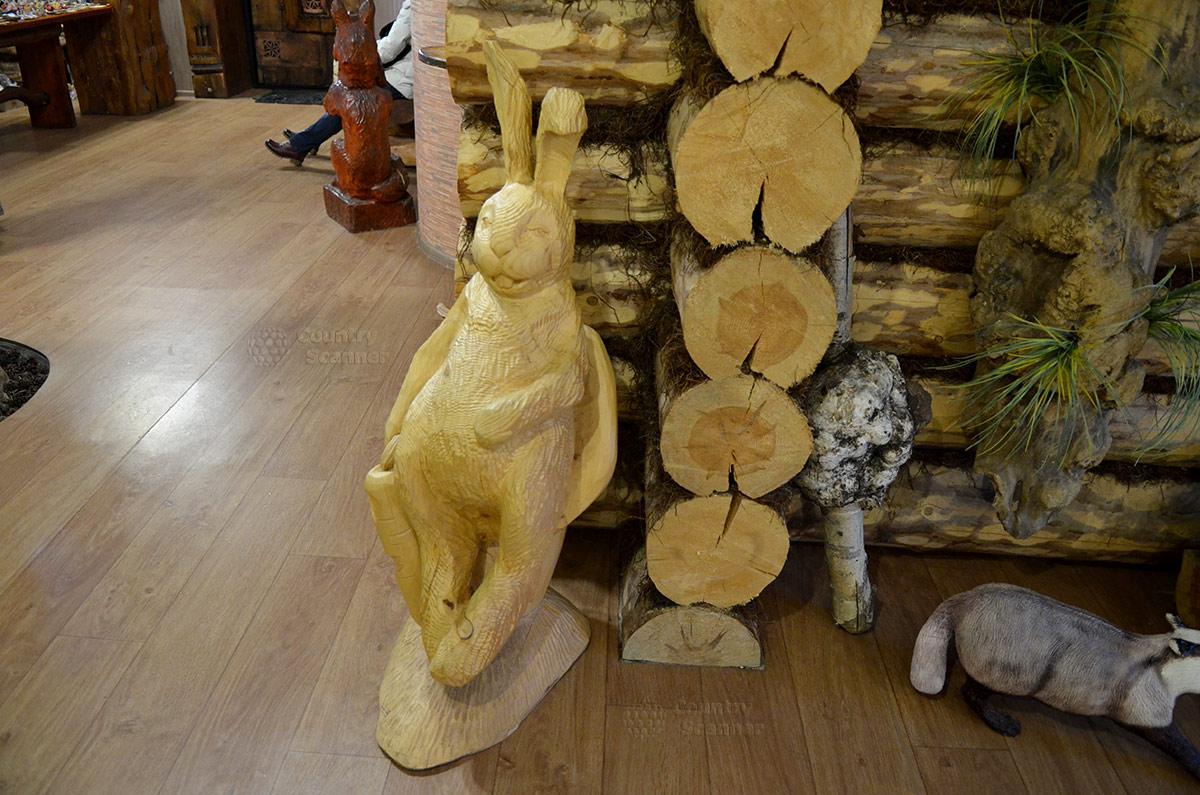 """""""Липовый"""" заяц отдыхает на первом этаже музея Лес-Чудодей."""