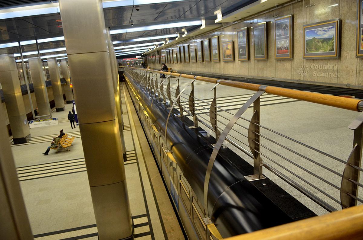 Общий вид платформы станции Выставочная с проходного балкона, по которому проходят в музей метро его посетители.