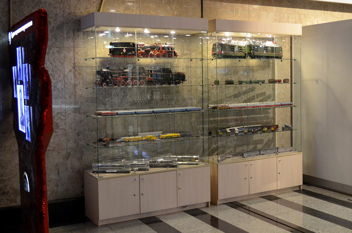 Музей метро в Москве, витрины с образцами локомотивов и составов.