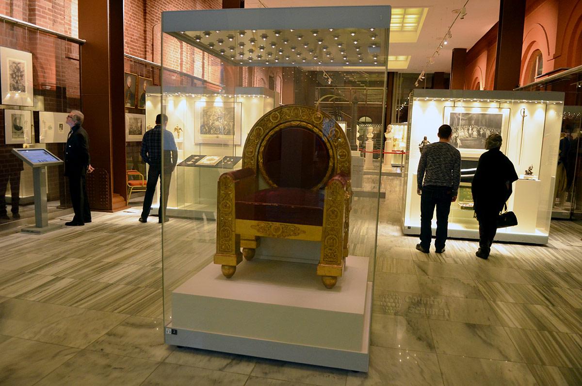 Музей войны 1812 года. Тронное кресло, подаренное москвичами императору Александру на 5-ю годовщину победы в Отечественной войне с французами.