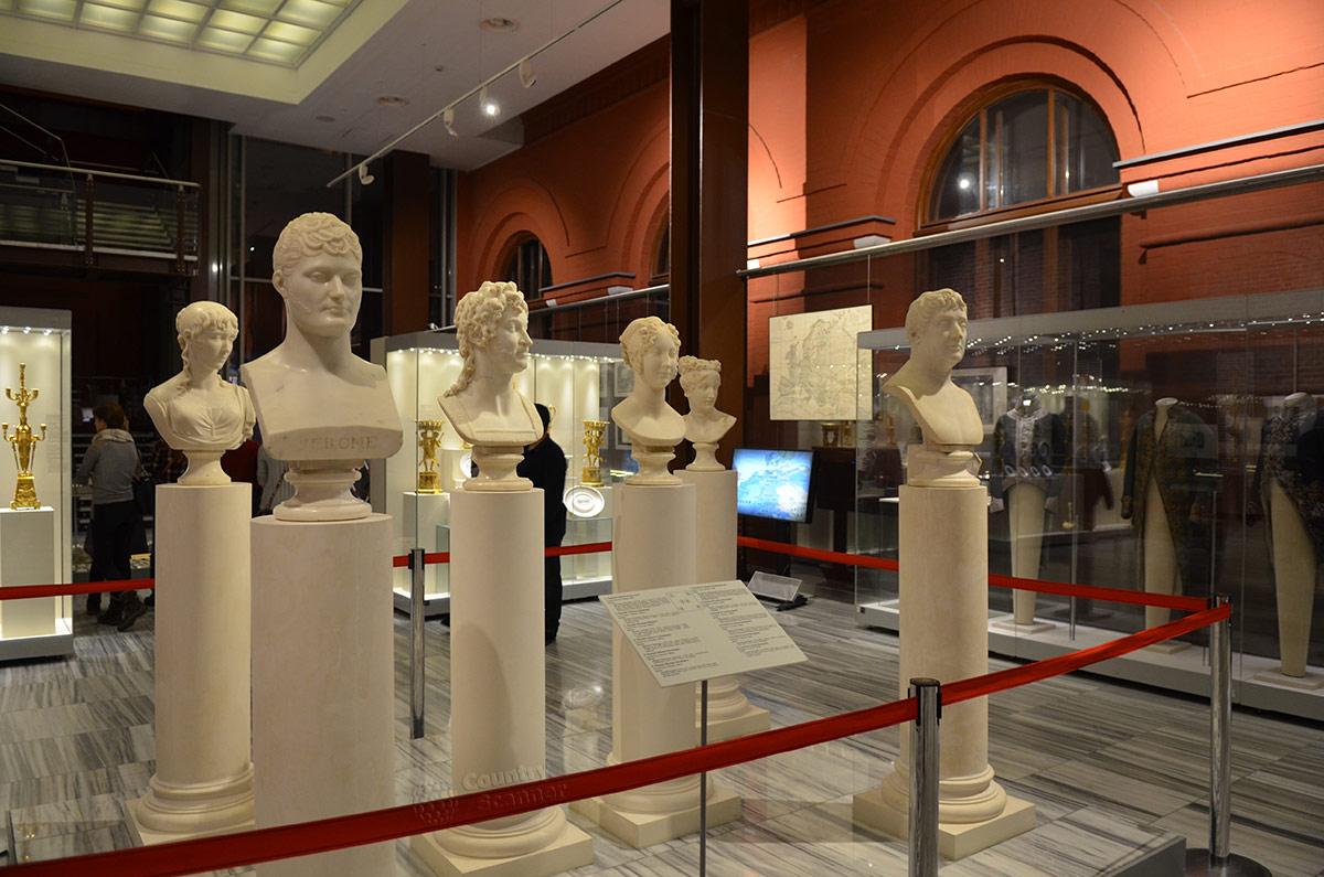 Бюсты родственников Наполеона Бонапарта в музее войны 18112 года. Многие из простых дворян стали коронованными особами.