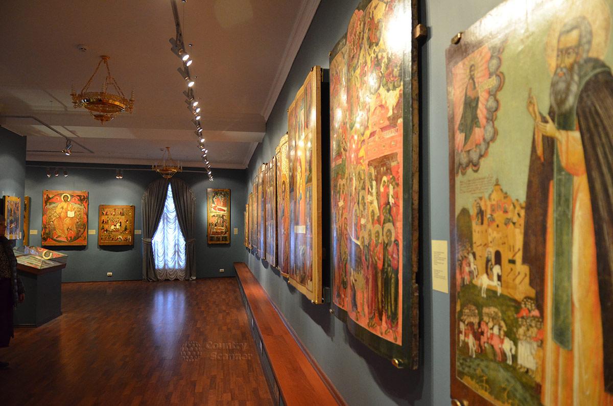 Иконы и картины религиозного содержания, выставленные в Ипатьевском монастыре.