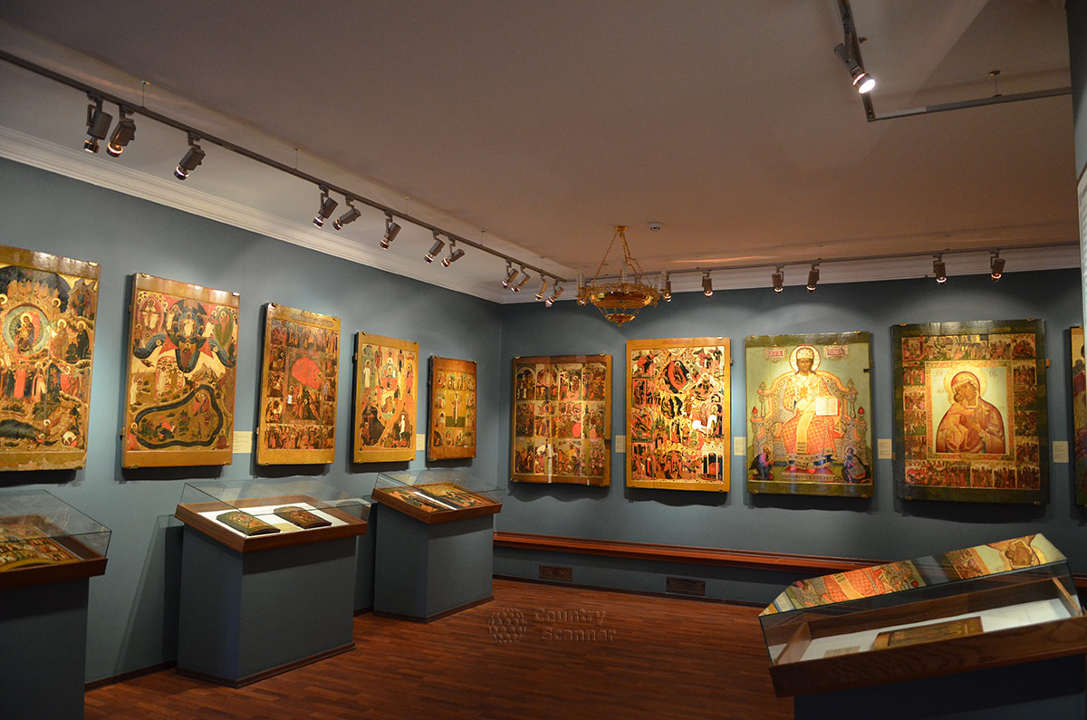 Ипатьевский монастырь представляет экспозицию икон костромской школы.