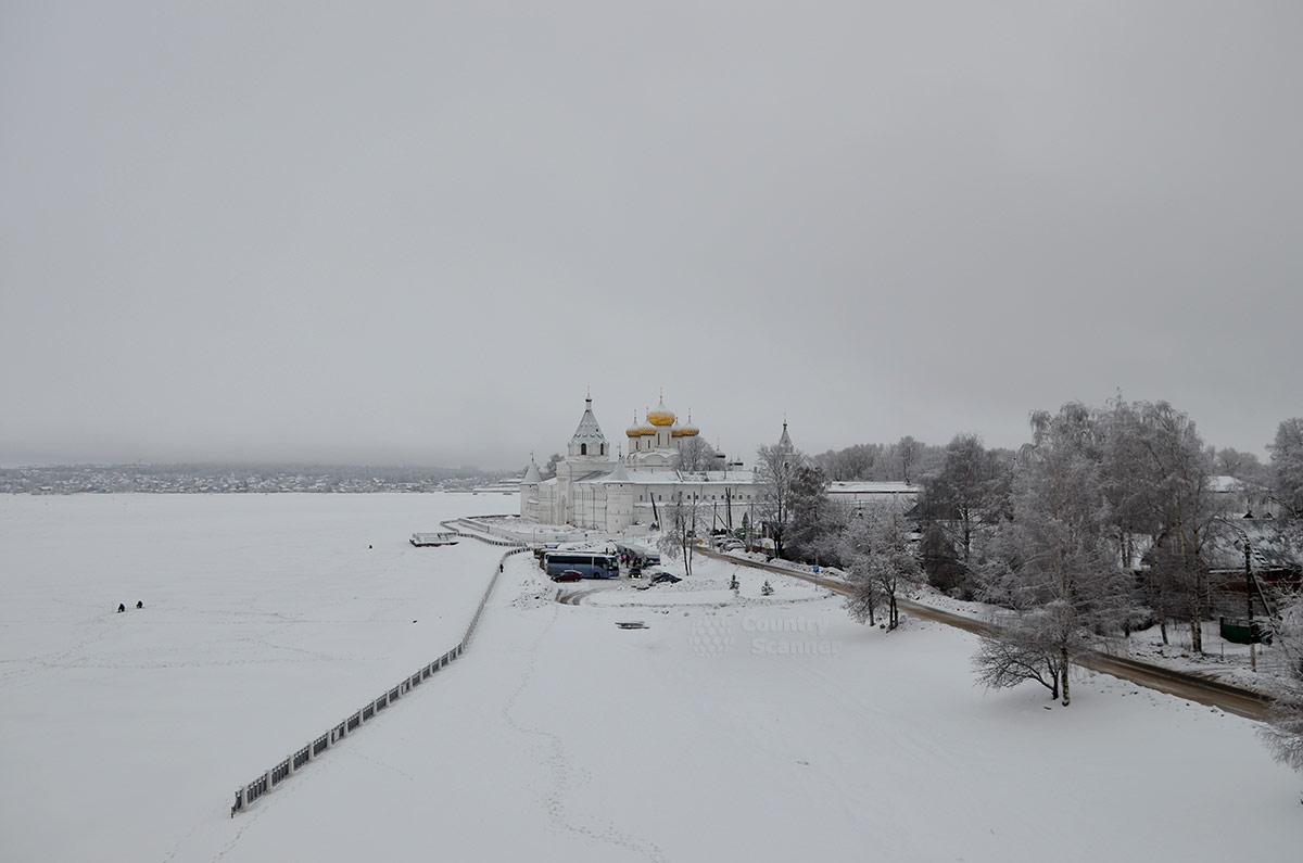 Панорама Ипатьевского монастыря и покрытая льдом река Кострома.