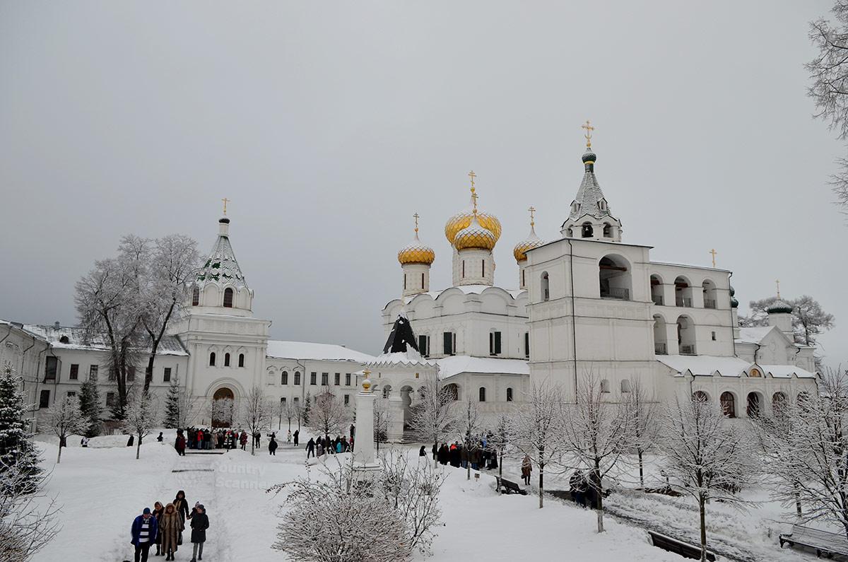 Общий вид сооружений обители. Вид из внутреннего двора Ипатьевского монастыря.