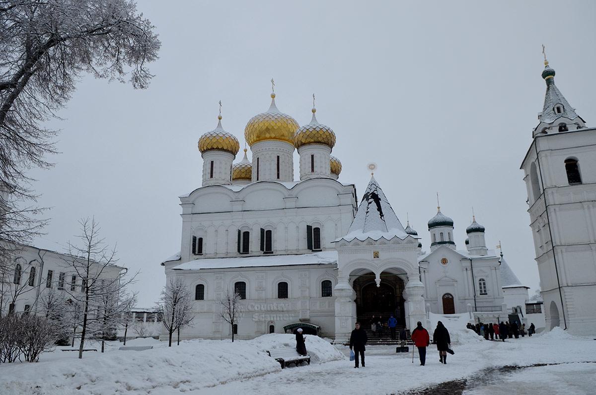 Общий вид сооружений Ипатьевского монастыря в Костроме.