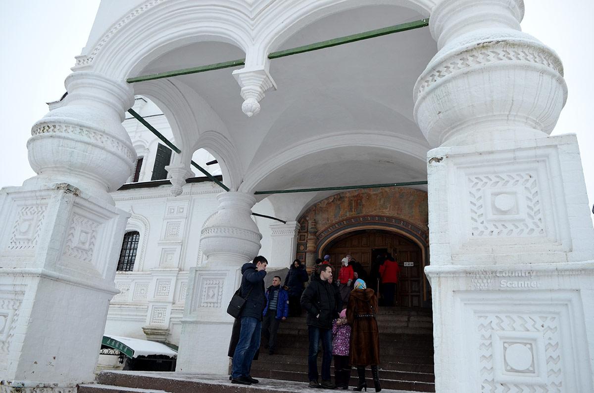 Входное крыльцо Троицкого храма в Ипатьевском монастыре.