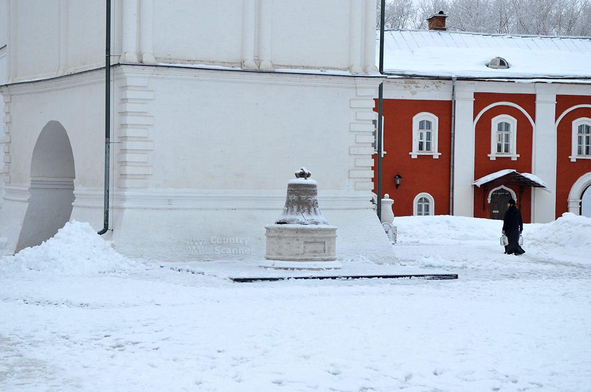 Ипатьевский монастырь. Изношенный колокол на постаменте возле звонницы.