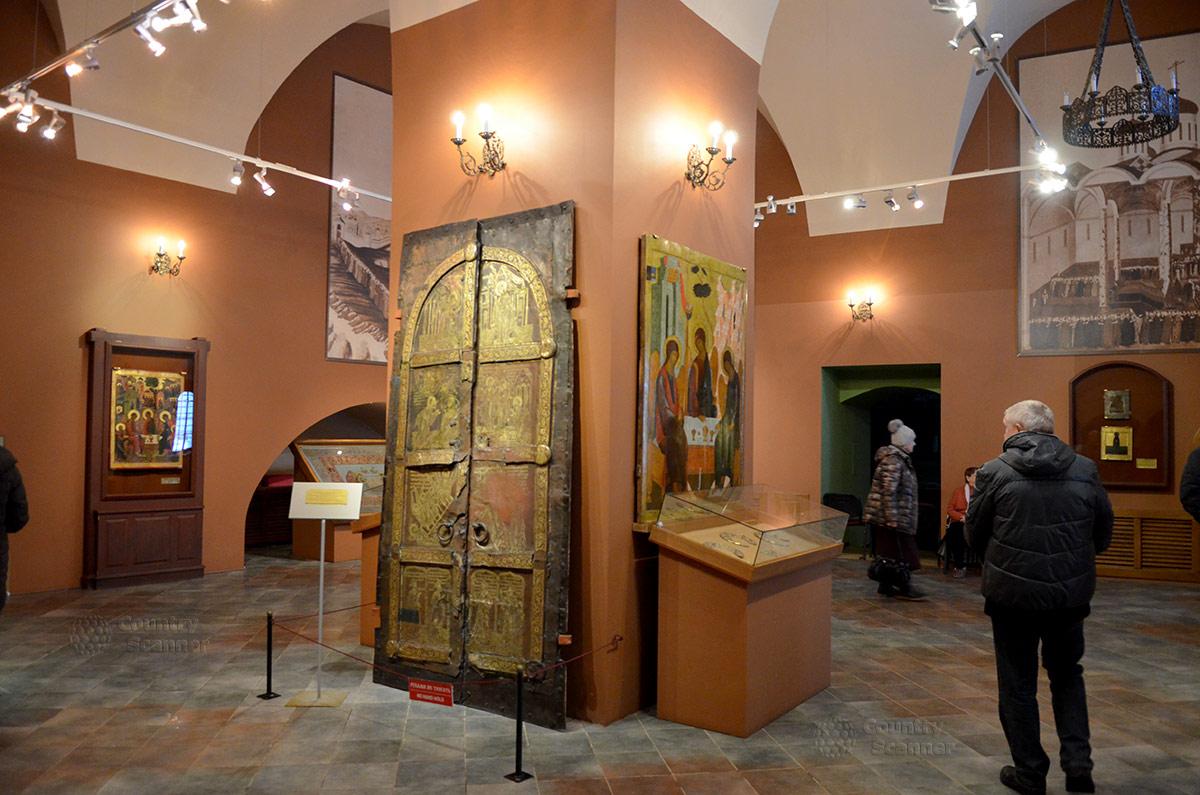 Одна из музейных экспозиций Ипатьевского монастыря. Медные позолоченные ворота и иконы.