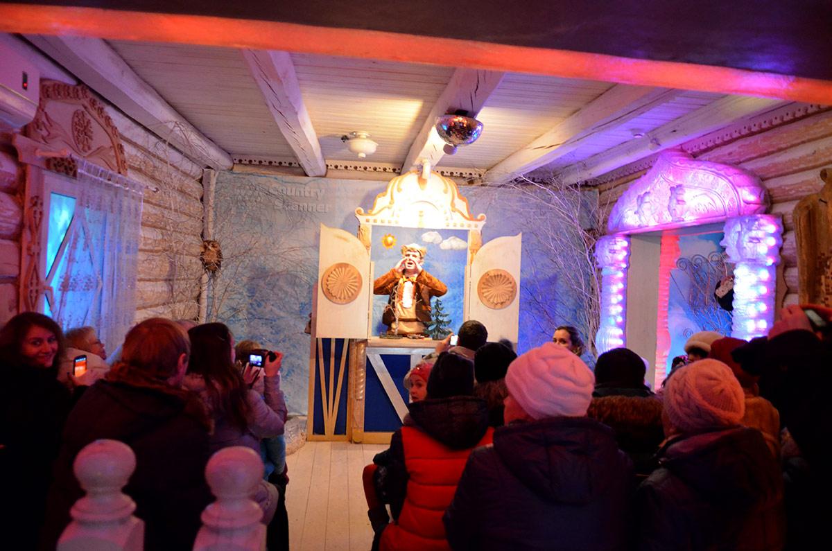 Кот Баюн зовет Снегурочку, в конце непродолжительного представления в Тереме Снегурочки.