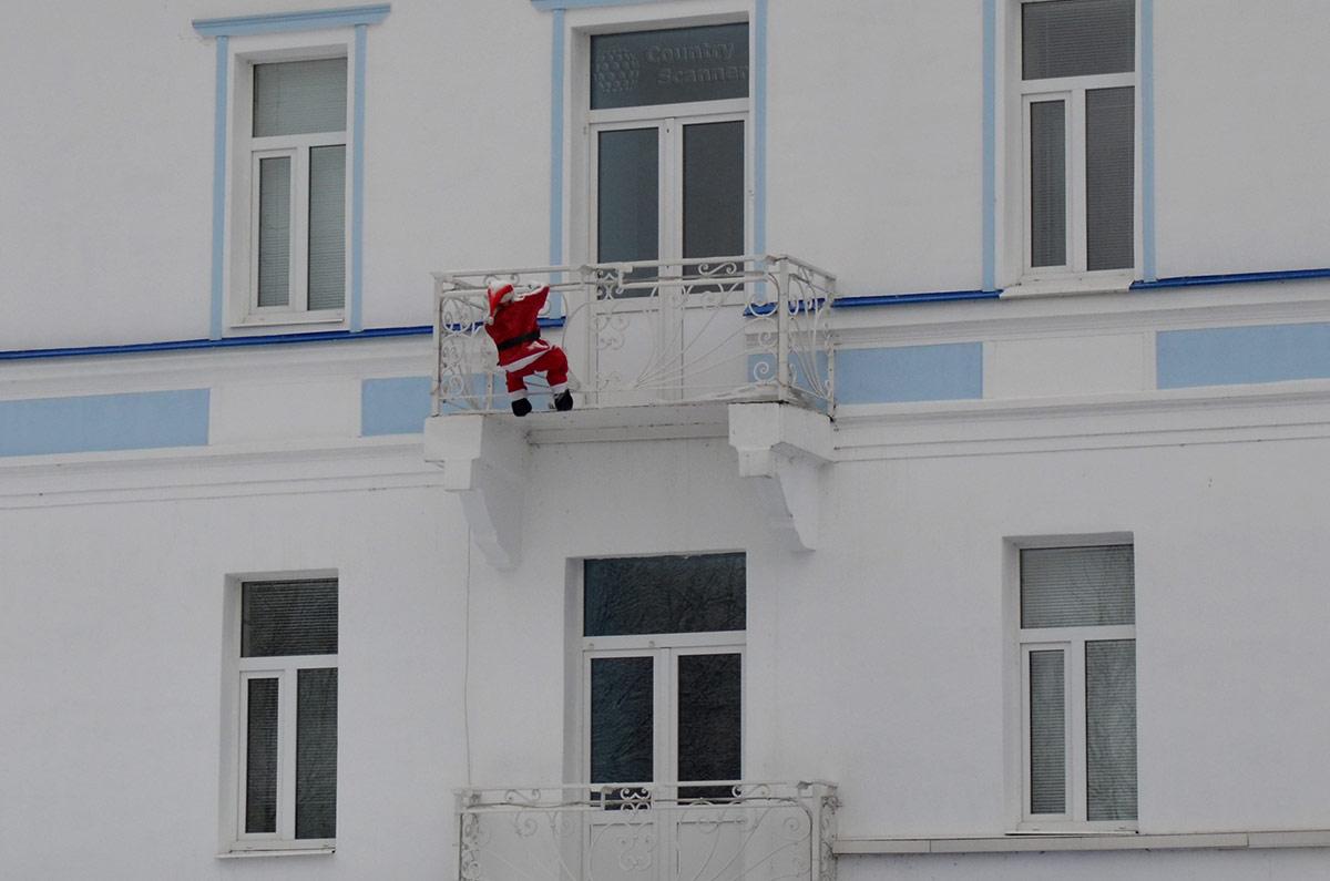 Терем Снегурочки. Дед мороз на балконе одноименной гостиницы.