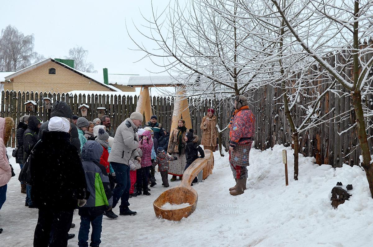 Терем Снегурочки. Гости возле огромной ложки.