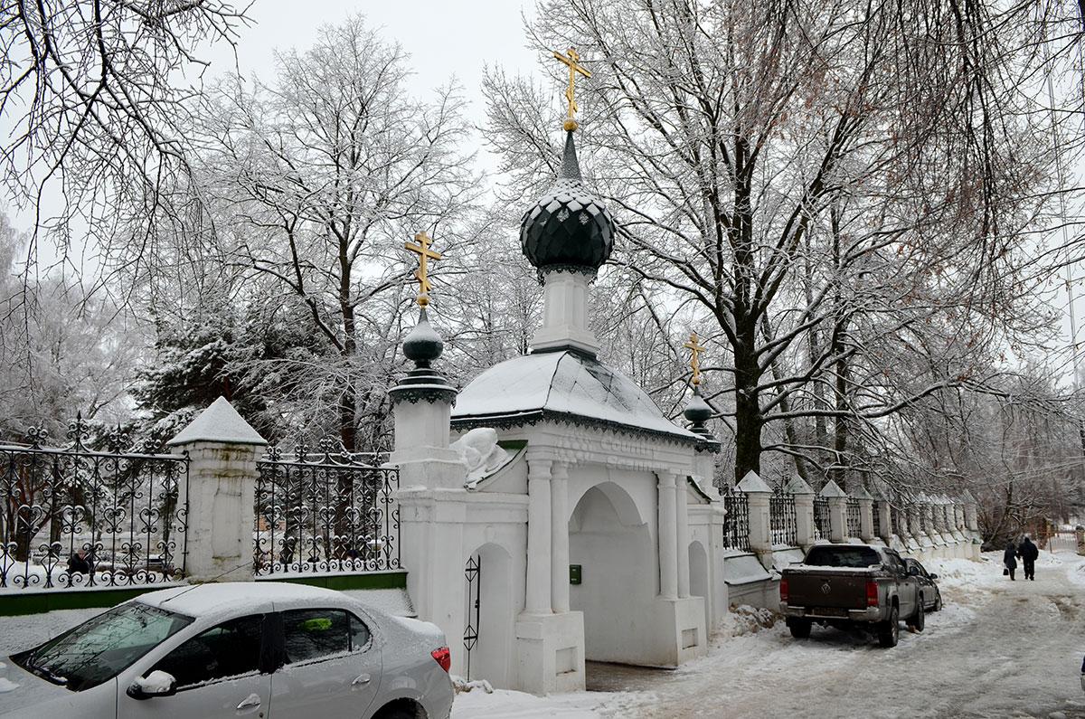Ворота для прихожан и прочих посетителей церкви Иоанна Богослова в Костроме образованы арками с парными колоннами между ними, украшены куполами с православными крестами.