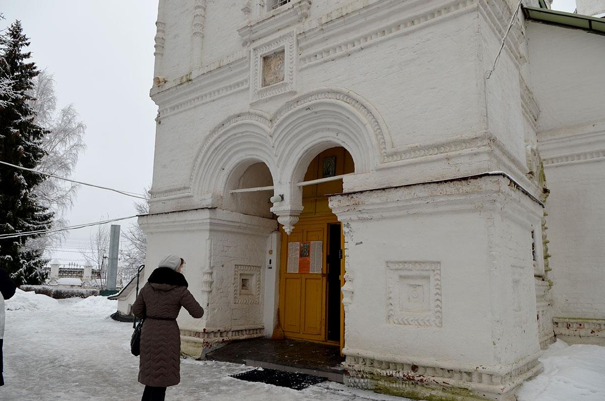 Церковь Иоанна Богослова в Костроме. Вход в храм из двух сомкнутых арок, украшенных рельефными выемками, с фигурным выступом между ними.