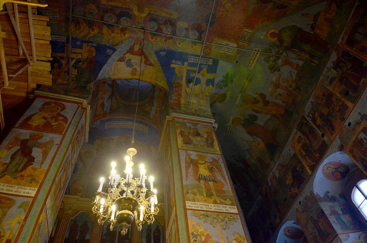 Главное помещение церкви Иоанна Богослова украшено живописными росписями, выполненными прихожанами храма в XVIII веке. Имена исполнителей увековечены на одной из церковных стен.
