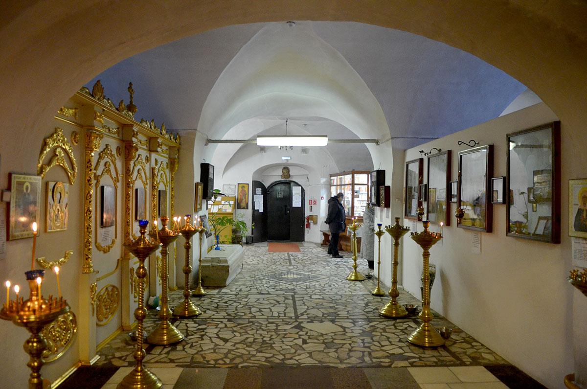Церковь Иоанна Богослова в Костроме, вид на помещение со стороны алтаря. Вдали церковная лавка по продаже свечей и другой религиозной атрибутики и литературы.