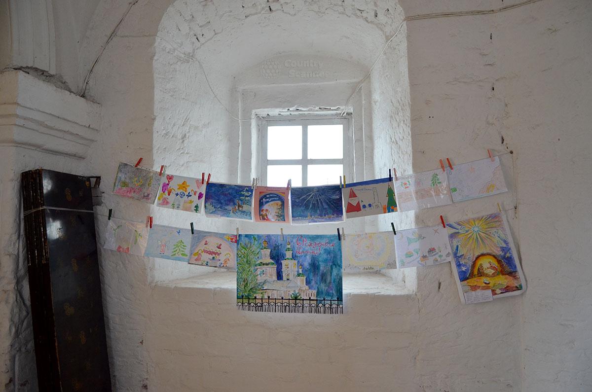 Детские рисунки, посвященные празднику Рождества Христова, в церкви Иоанна Богослова в Костроме.