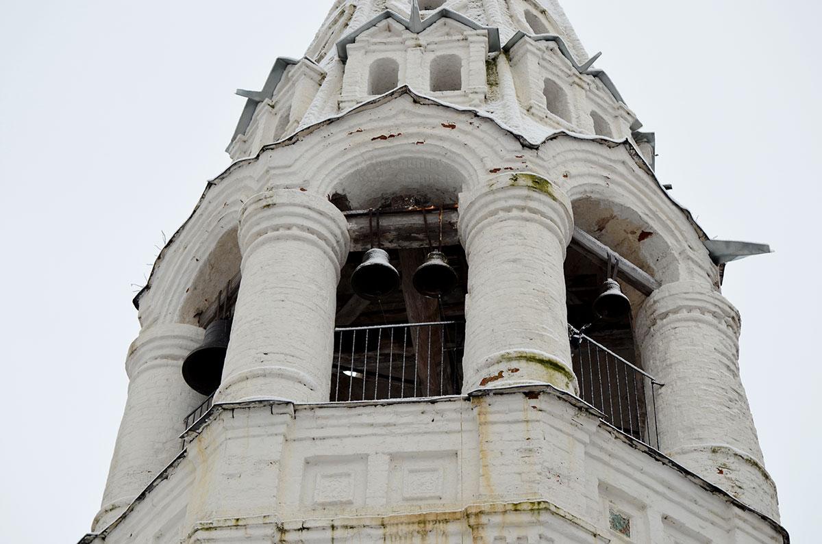 Звонница колокольни церкви Иоанна Богослова в Костроме образована мощной колоннадой. На капителях колонн кирпичные арки, образующие опору следующих ярусов шатра.
