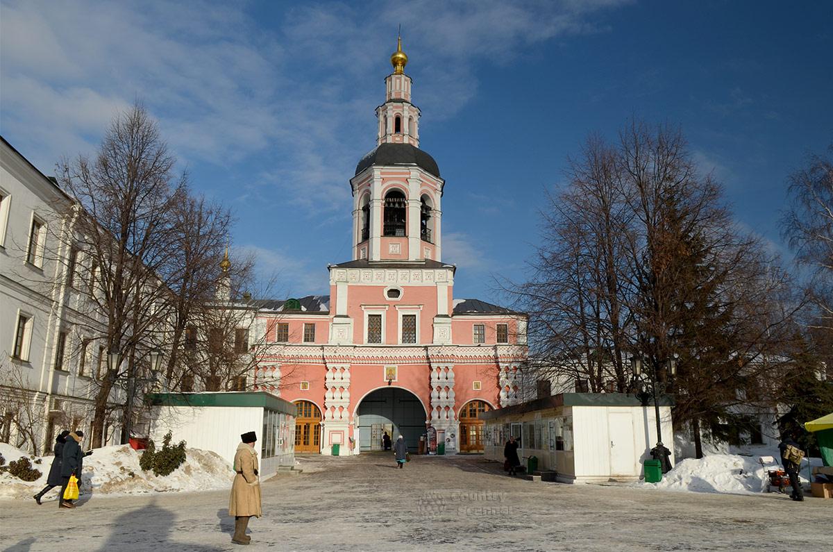 Колокольня надвратной церкви высотой 45 метров с колоколами, вернувшимися в даниловский монастырь из американского Гарварда в обмен на освященные копии.
