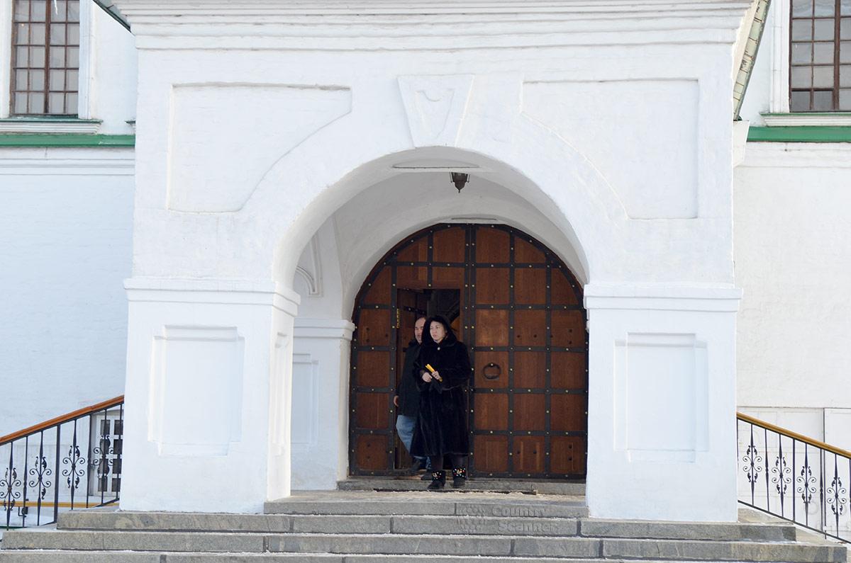Даниловский монастырь, церковь Святых отцов семи Вселенских соборов. Выходящие из храма прихожане.