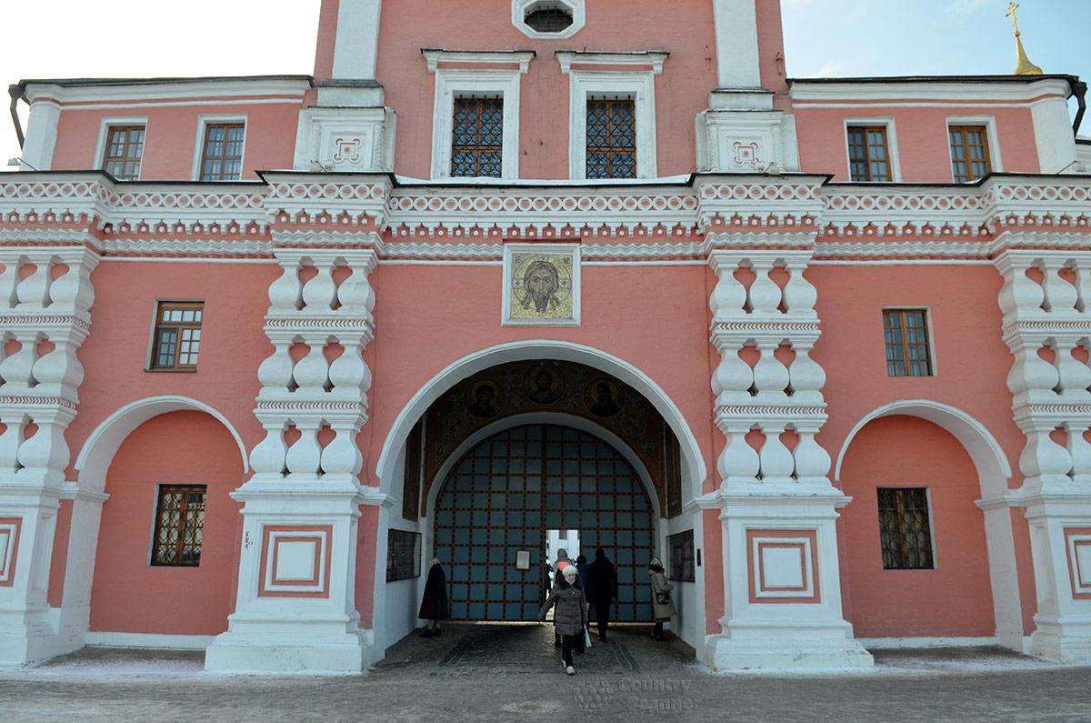 Святые ворота, вход в даниловский монастырь с северной стороны. Надвратная церковь святого Симеона Столпника.