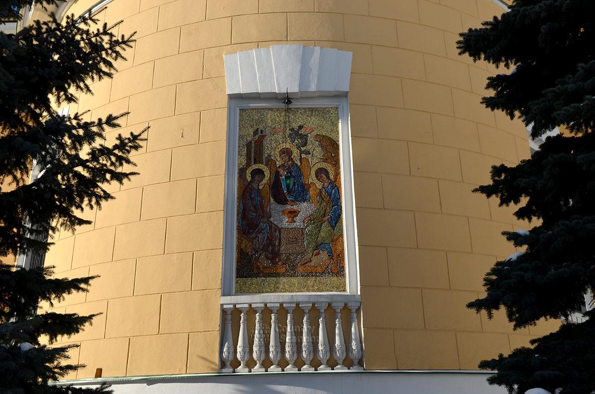 Даниловский монастырь, Троицкий собор. Мозаичная икона на наружной стене апсиды, оформленная в рамку наподобие балкона.