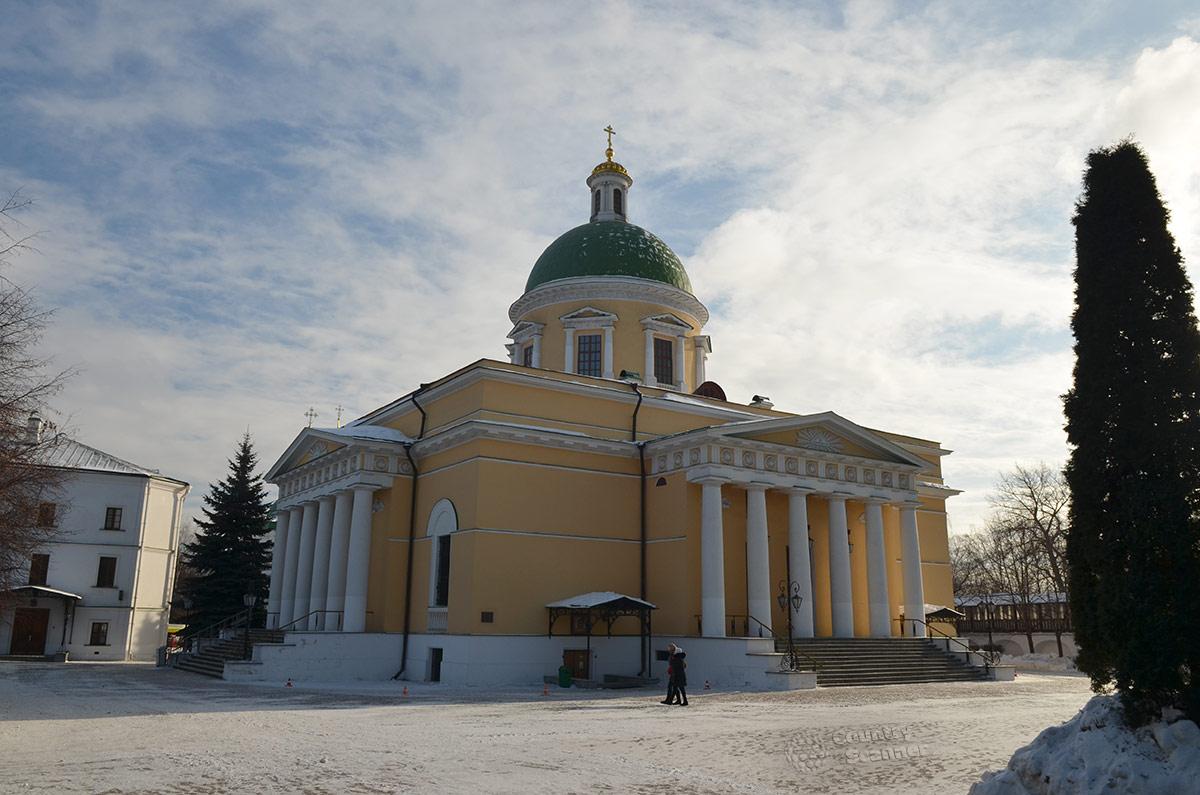 Общий вид главного фасада Троицкого собора даниловского монастыря. Портики с колоннами, одиночная глава с массивным куполом и православным крестом.