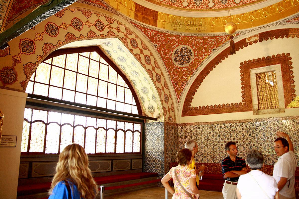 Зал совещаний в Диване, во дворце Топкапы в Стамбуле. Слуховая решетка для желающего оставаться невидимым, но всеведущим османского султана.