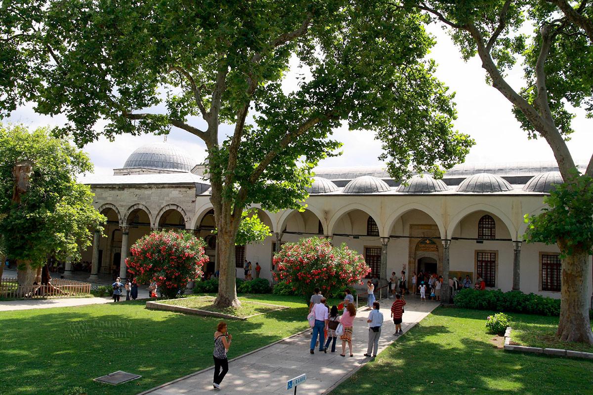 Дворец Топкапы, здание Сокровищницы османских султанов – одно из богатейших в мире музейных хранилищ.