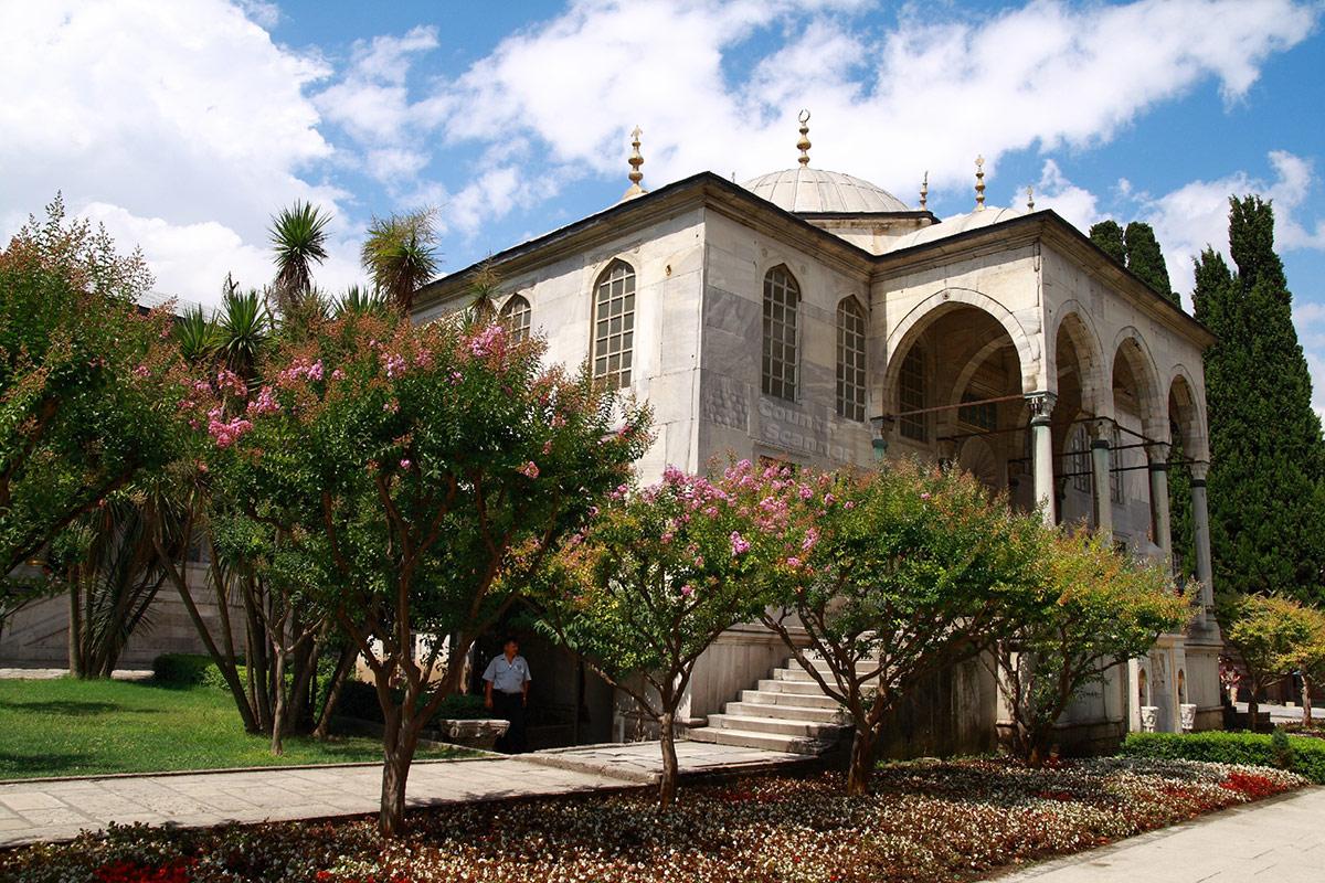 Фасад библиотеки на территории дворца Топкапы. Колоннада и парадная лестница, внизу фонтан для омовения и предотвращения прослушки разговоров шумом воды.