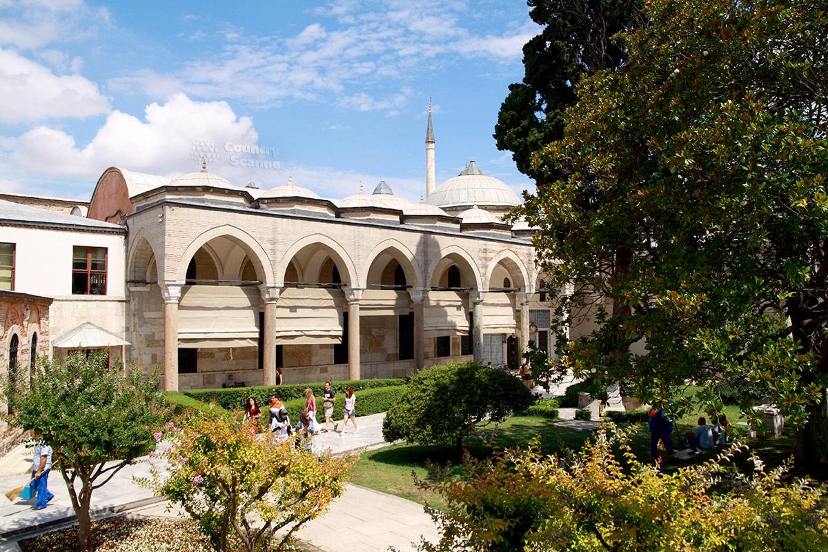 Одно из зданий ансамбля дворца Топкапы в Стамбуле. Типичные архитектурные формы османского зодчества.