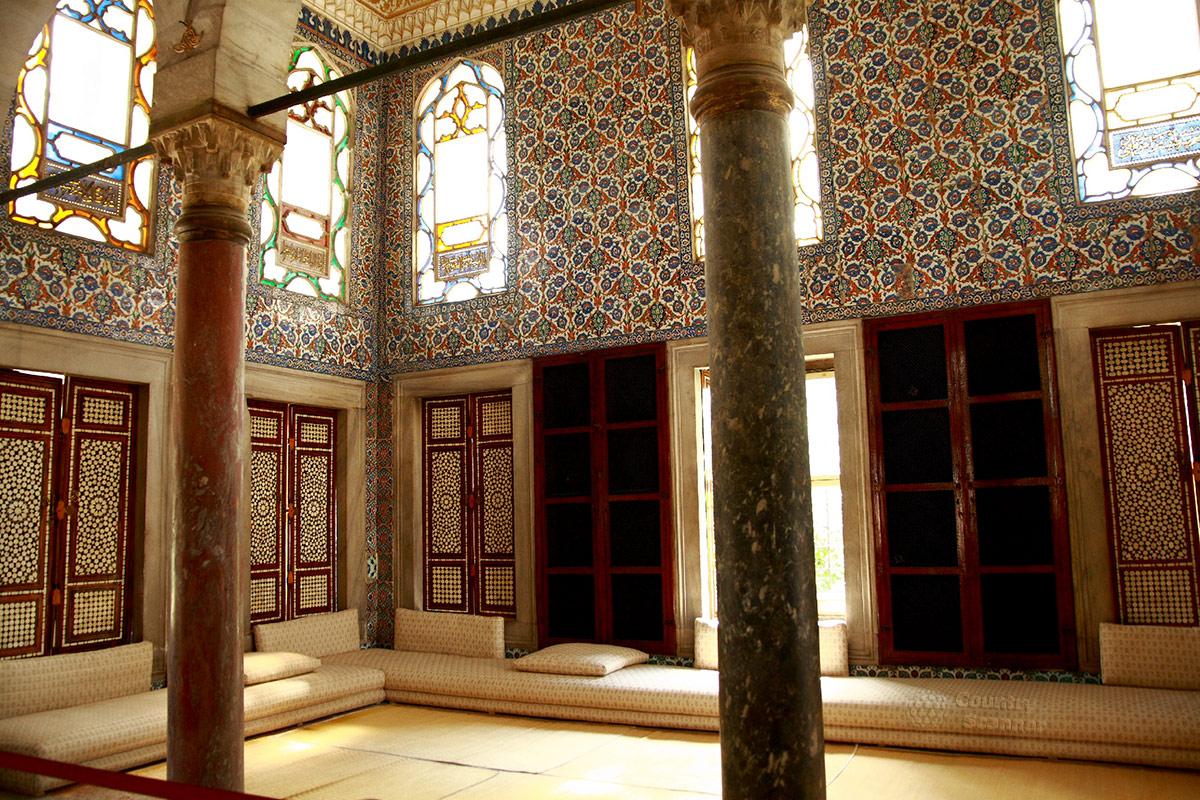 Интерьер библиотеки во дворце Топкапы, характерные для исламского искусства приемы декорирования помещений.