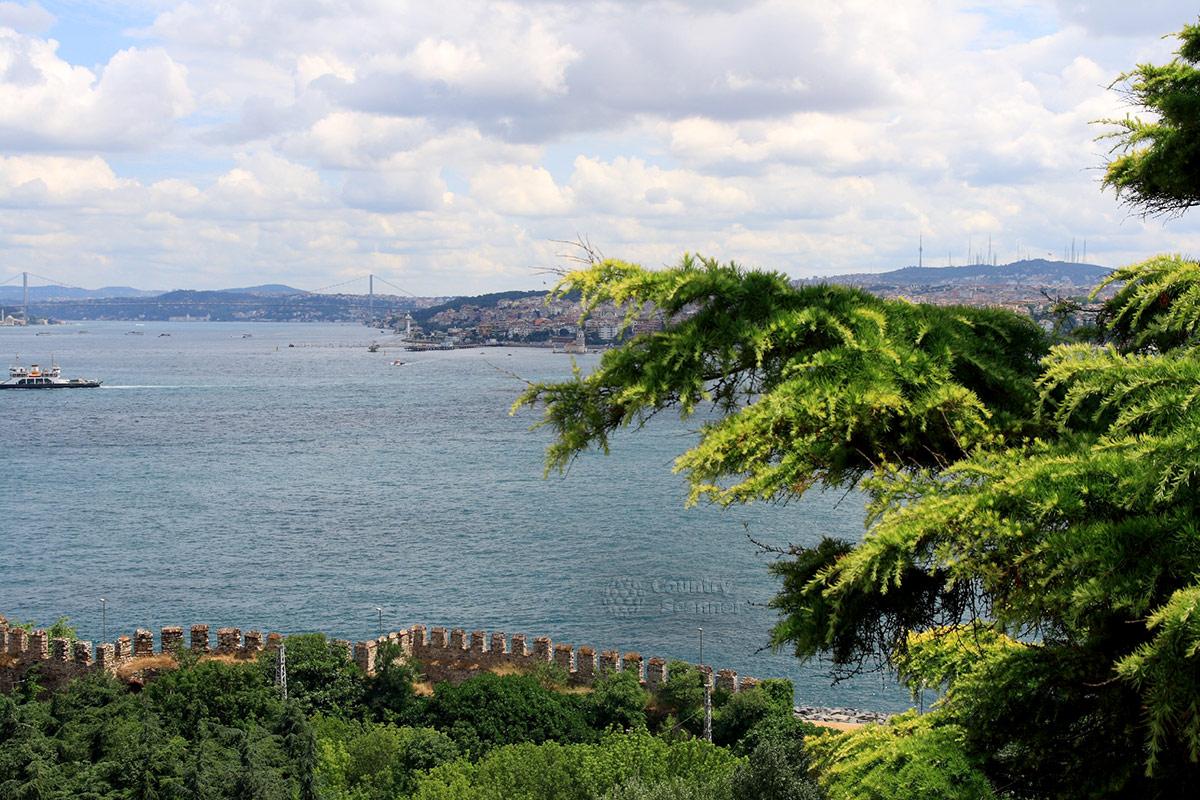 Вид на пролив Босфор с террасы во дворце Топкапы. Открывающимися видами любуются подолгу, и они действительно завораживают.