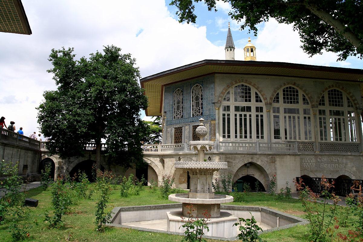 Дворец Топкапы, Багдадский павильон и фонтан в четвертом дворе комплекса располагают к безмятежному отдыху после длительной экскурсии.