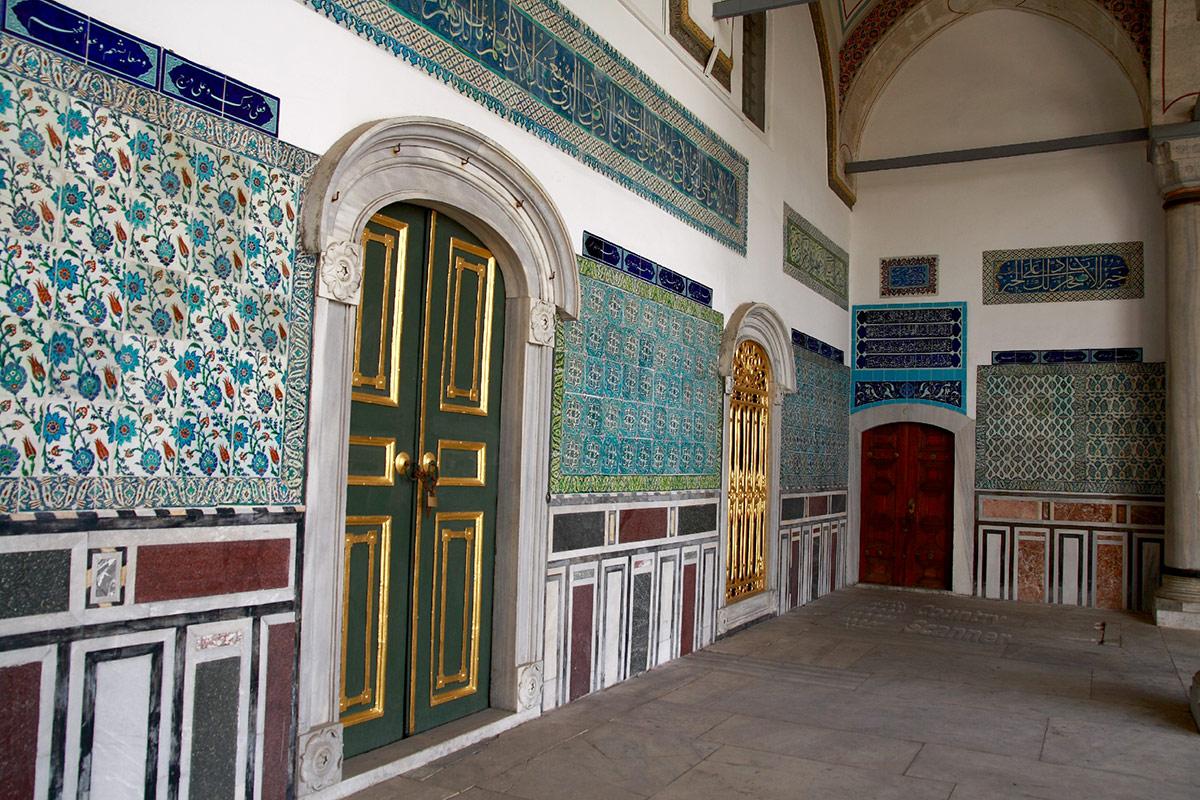 Оформление крытой галереи во дворце Топкапы. Богатое разнообразие поделочных материалов сочетается с традиционными дизайнерскими приемами.