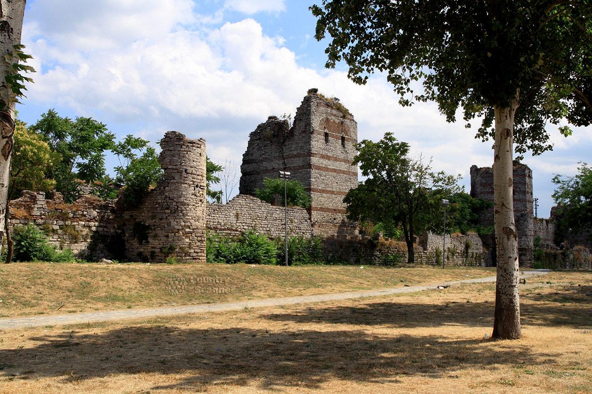 Старые крепостные стены, ограждающие территорию дворца Топкапы. Обширный фронт работы для реставраторов султанской резиденции.