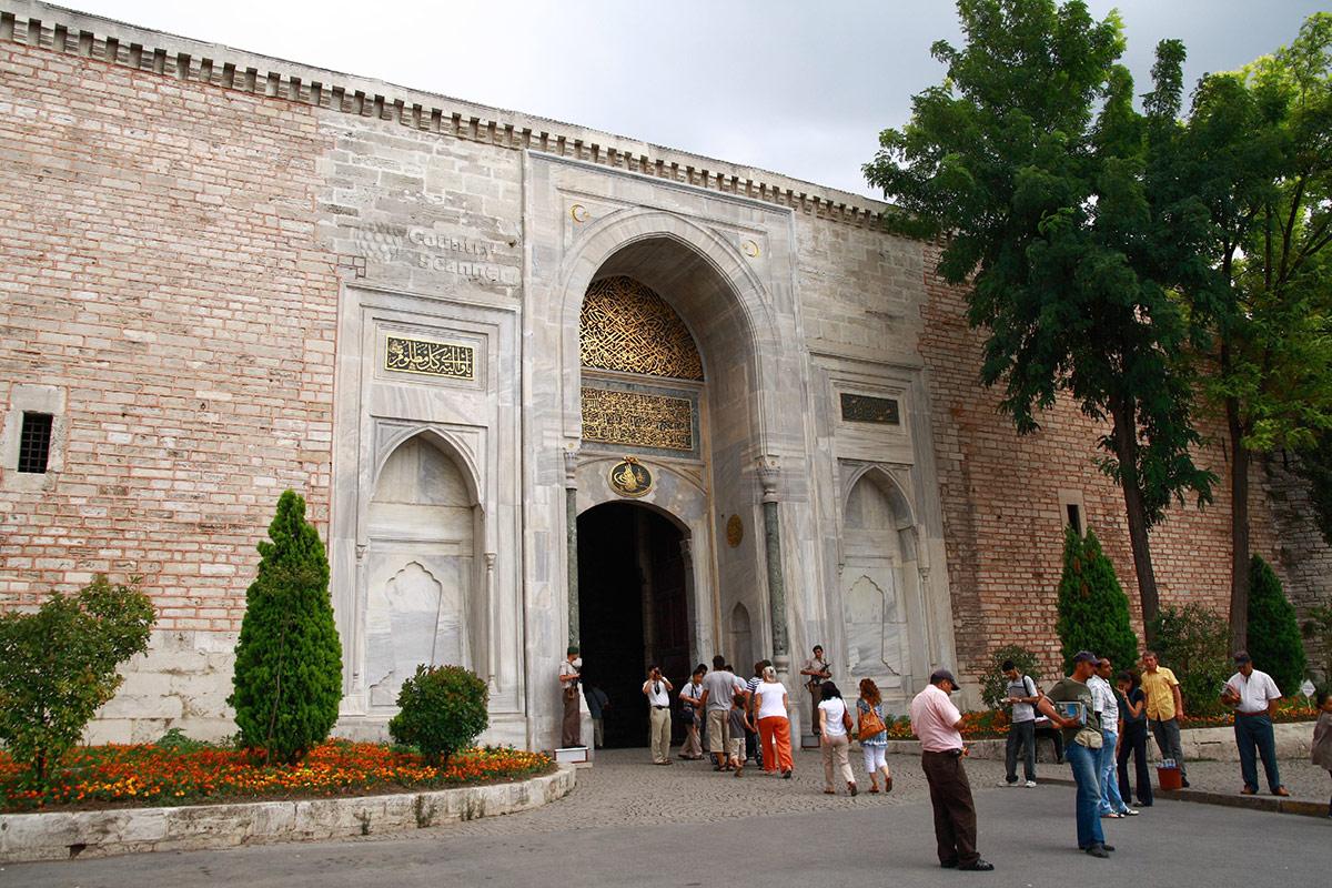Императорские врата дворца Топкапы, вход на территорию исторического комплекса . Справа во входной арке – билетные кассы.