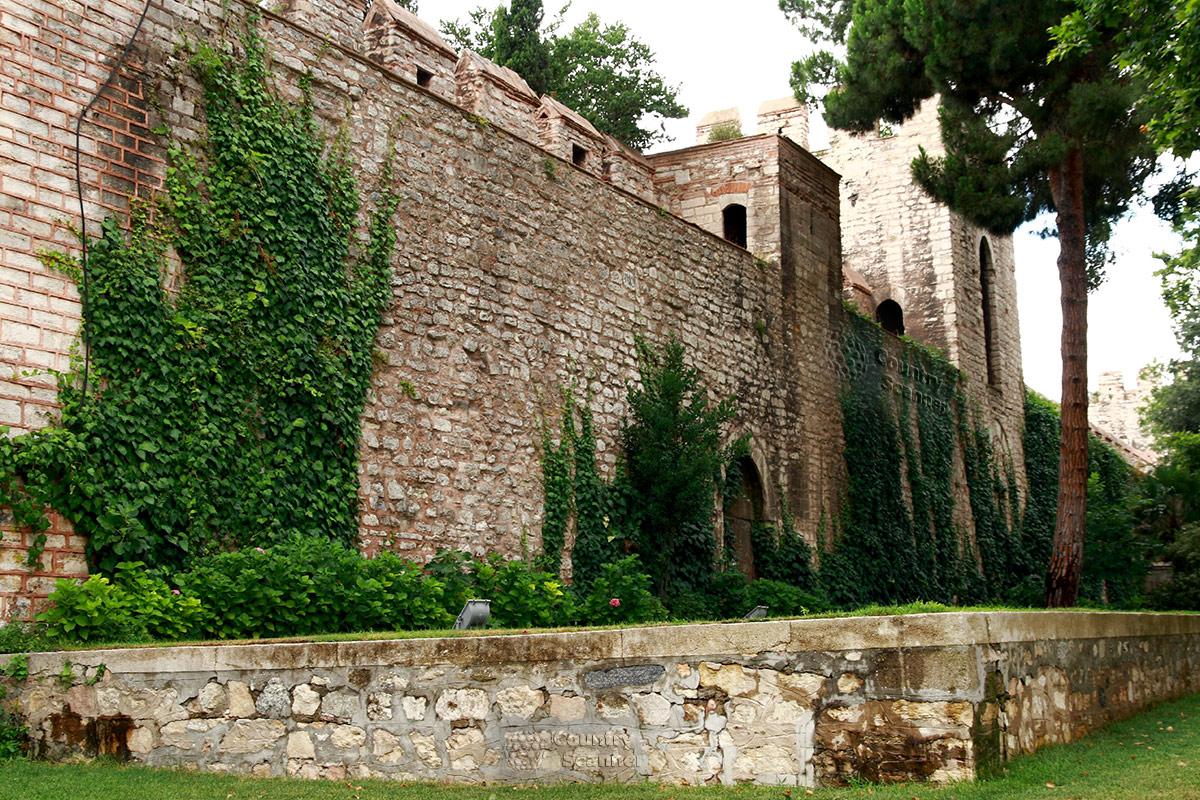 Наружные крепостные стены, ограждающие территорию султанского дворца Топкапы. Видна разница состояния реставрированной и старой кладки.