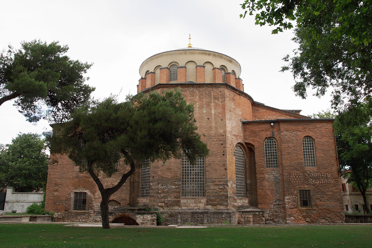 Древнейшее сооружение на территории первого двора дворца Топкапы – церковь Святой Ирины, заложенной основателем Константинополя.
