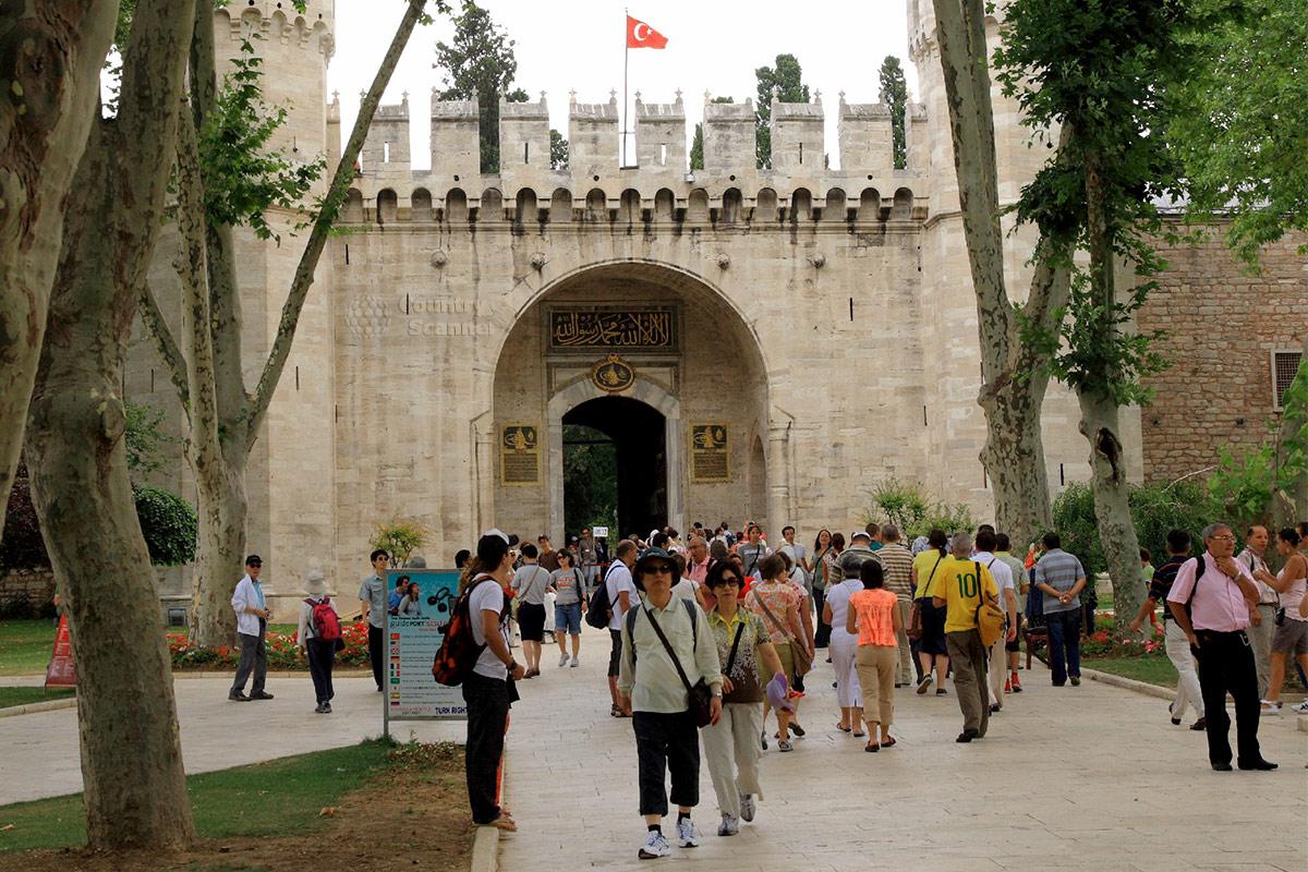 Средние ворота дворца Топкапы – вход на территорию оплачиваемого второго двора из бесплатного первого.