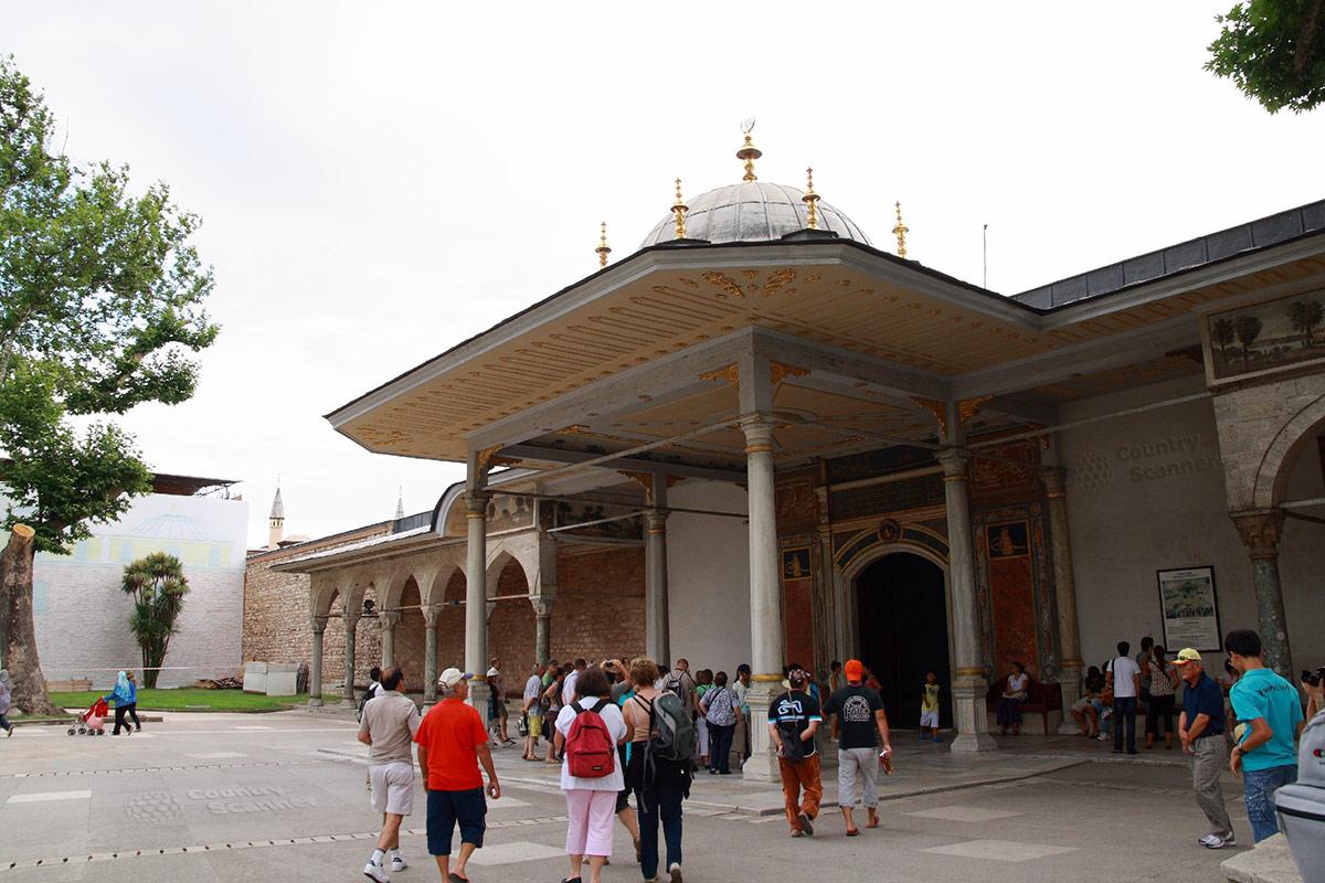 Врата Счастья во дворце Топкапы, вход в третий двор грандиозного сооружения. Самое ажурное сооружение среди многочисленных ворот комплекса.