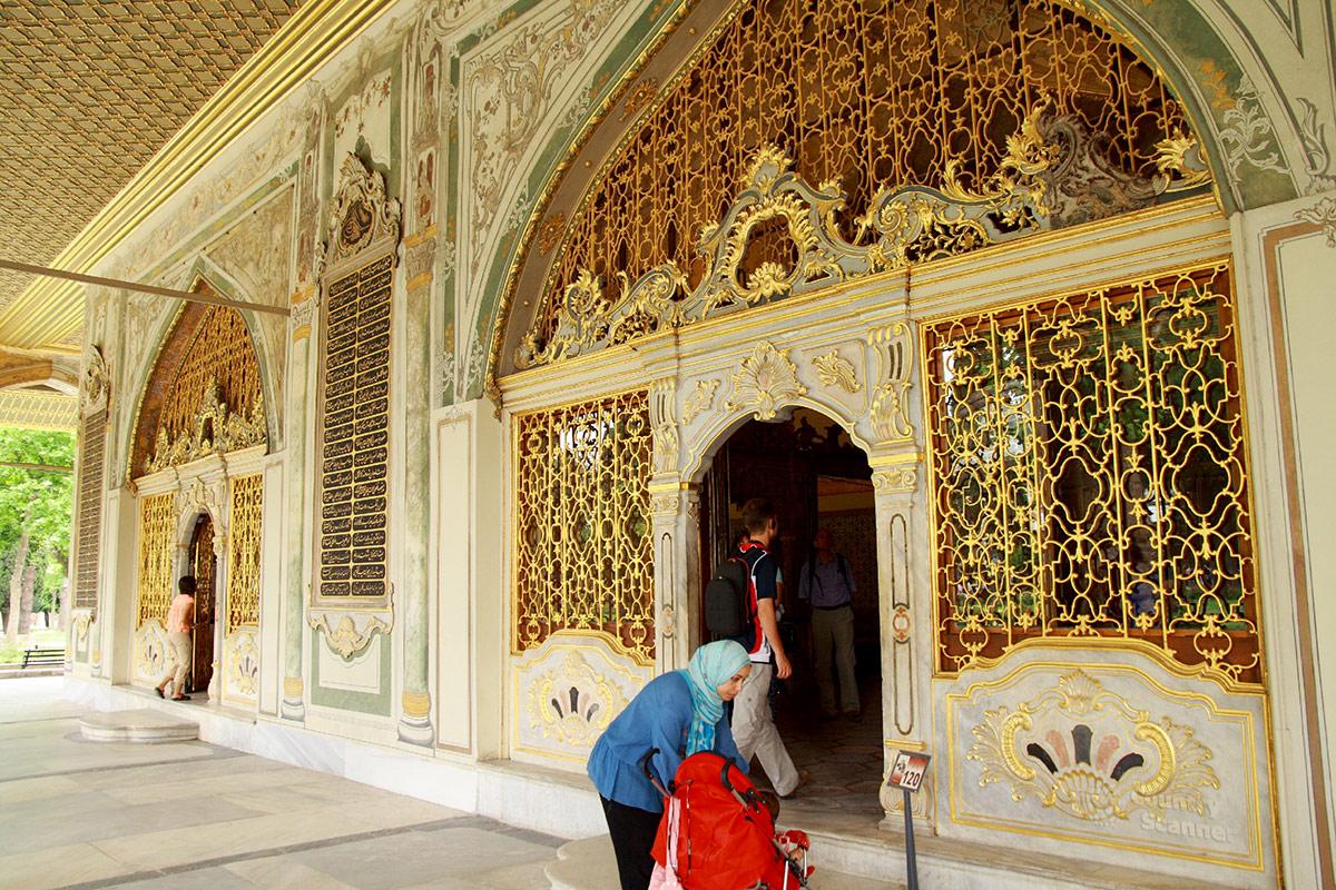 Оформление входной группы официального здания Дивана, места для совещаний высших сановников Османской империи во дворце Топкапы.