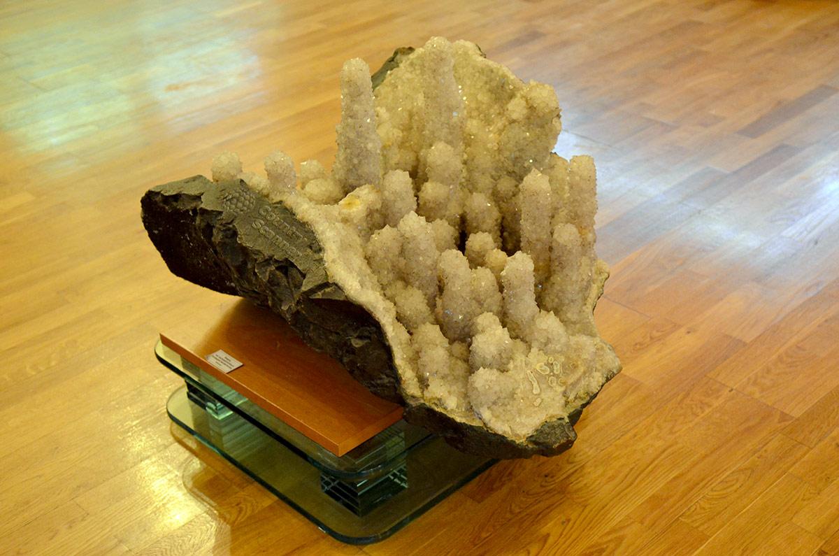 Один из замечательных экспонатов коллекции Миронова, подаренной геологическому музею Вернадского. Ложные сталактиты кристаллов халцедона на кварце.