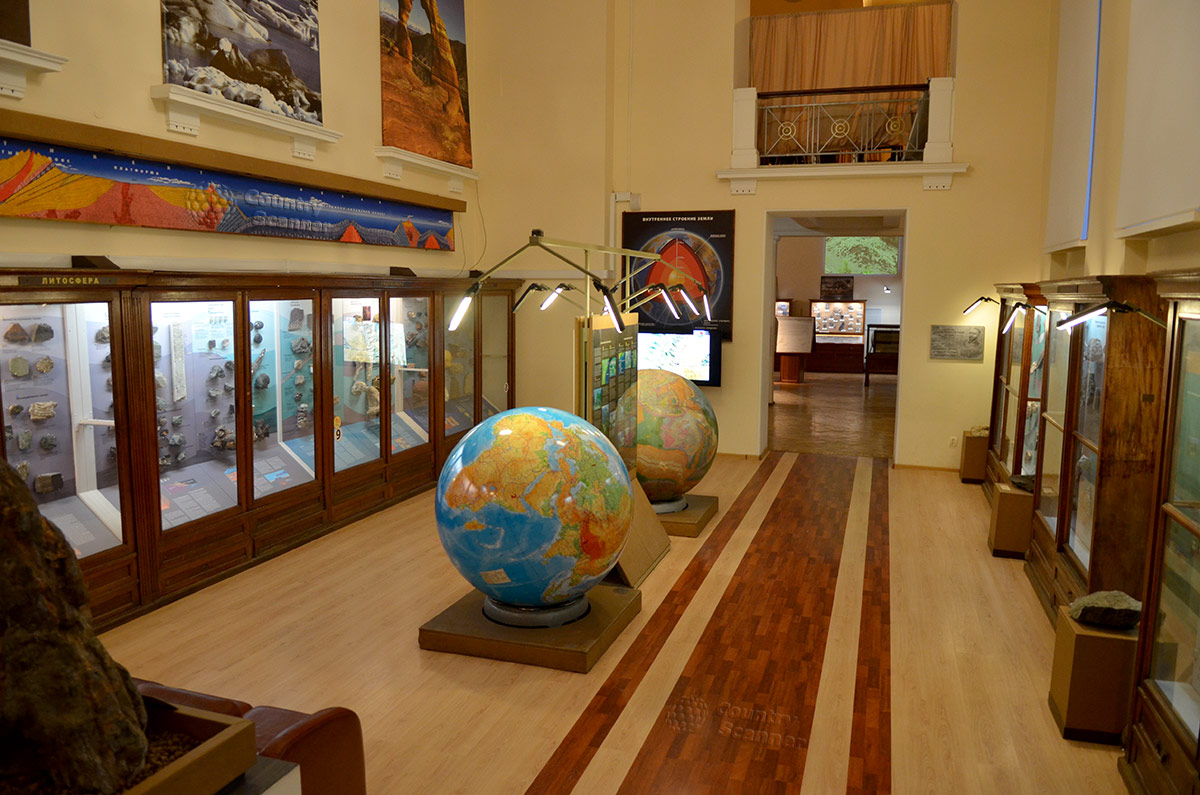 Первый зал геологического музея Вернадского посвящен происхождению и строению нашей планеты. Огромные глобусы и планшеты с ландшафтам разных уголков Земли.