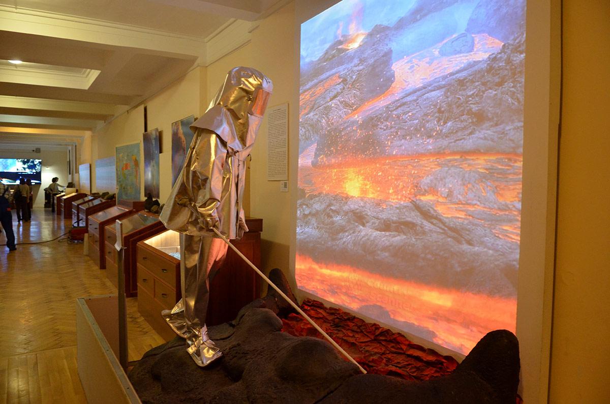 Инсталляция вулканического извержения в геологическом музее Вернадского. Манекен вулканолога на краю кратера демонстрирует огнезащитный костюм для нахождения в зоне высоких температур.