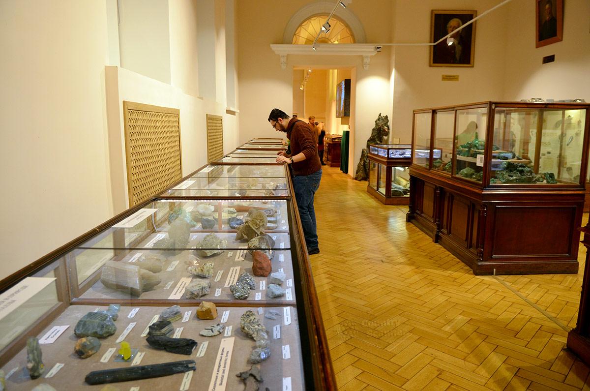 Минералогический зал геологического музея Вернадского. На стене портреты видных ученых в области горных дел. В центре – витрина с образцами малахита уральских месторождений.