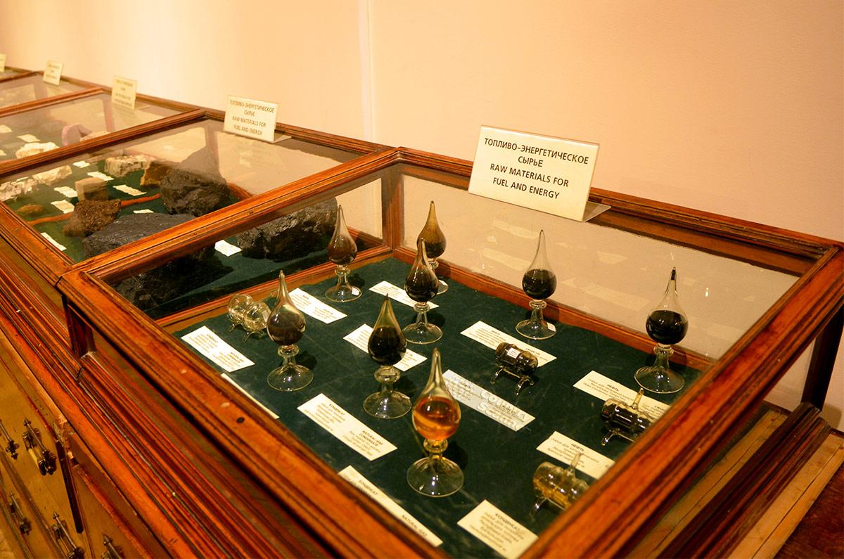 Витрины геологического музея Вернадского, посвященные энергетическим полезным ископаемым. На переднем плане – образцы нефти из различных регионов мира.