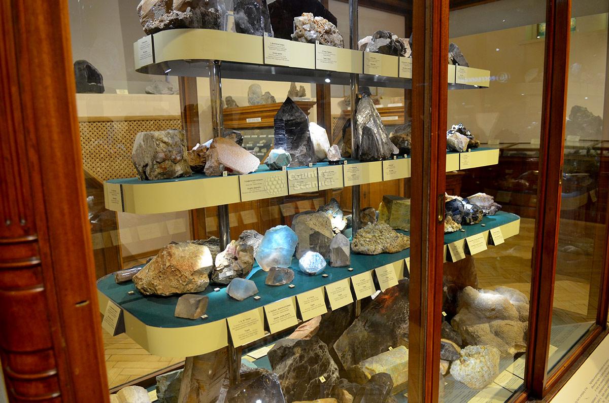 Стеллаж с разнообразными кристаллическими и аморфными минералами в геологическом музее Вернадского.