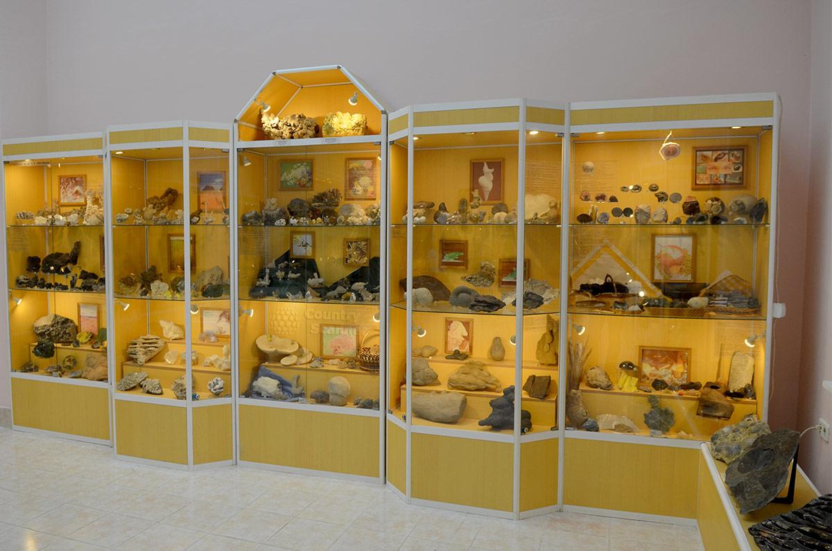 Отдел геологического музея Вернадского, называемый Кунсткамерой. Здесь собраны самые редкие и оригинальные творения природы, а также работы мастеров камнерезного искусства.