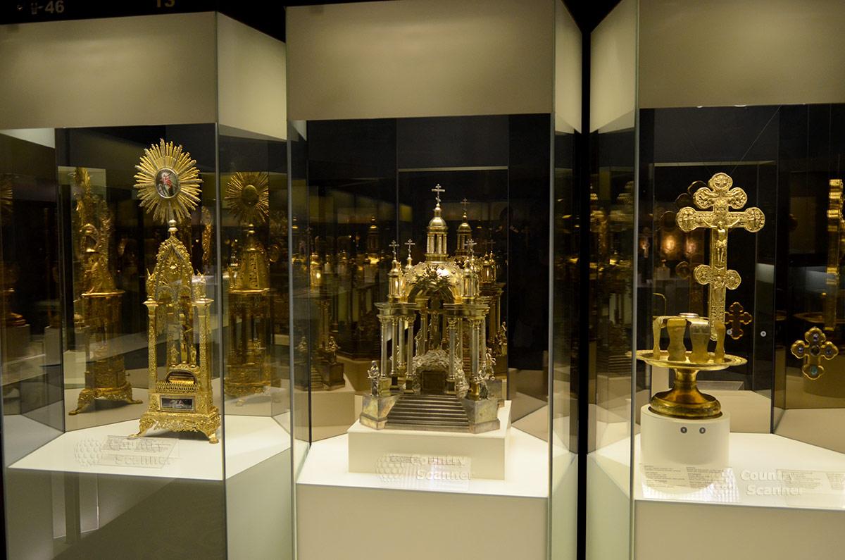 Показанные вблизи экспонаты религиозного содержания из драгоценных металлов в государственном историческом музее.